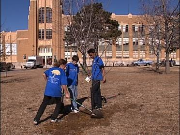 Rogers Students Beautify School Grounds