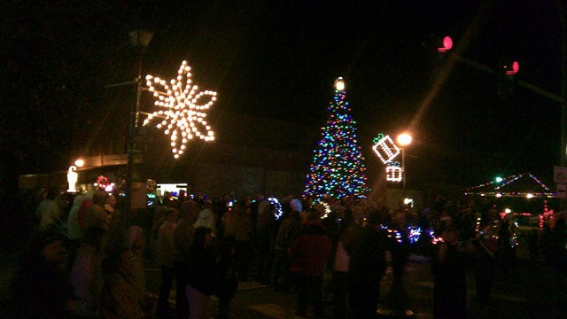 Crowd Braves Bitter Cold For Fort Gibson Christmas Parade