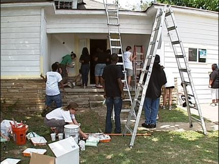 Tulsans Spruce Up Home To Be Used By Families In Need