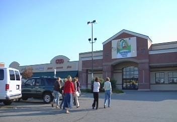 Volunteers with The Parent Child Center Teach Nutrition During Grocery Shopping Trip