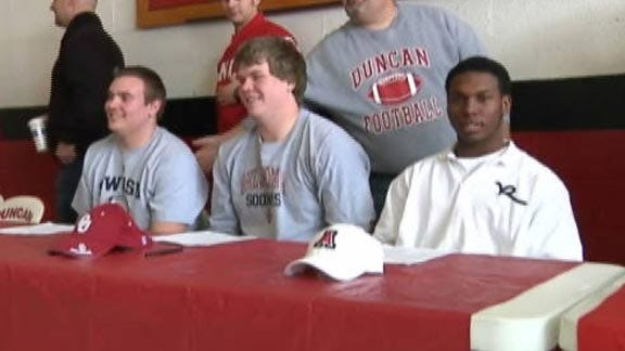 Duncan Holds Signing Ceremony for Three Athletes