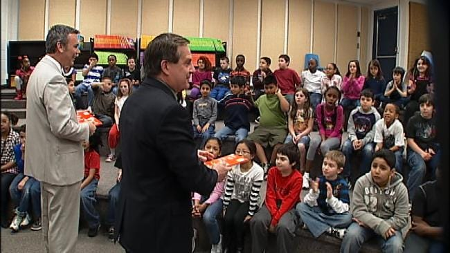 Six In The Morning's Rich Lenz, Alan Crone Read To Tulsa Students