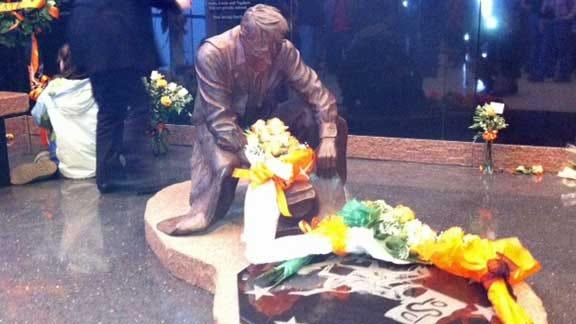 Texas Coach Rick Barnes Pays Respects