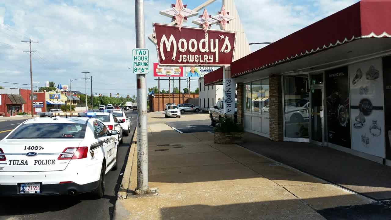 Tulsa Police: Man Steals Ring From Moody's Jewelry