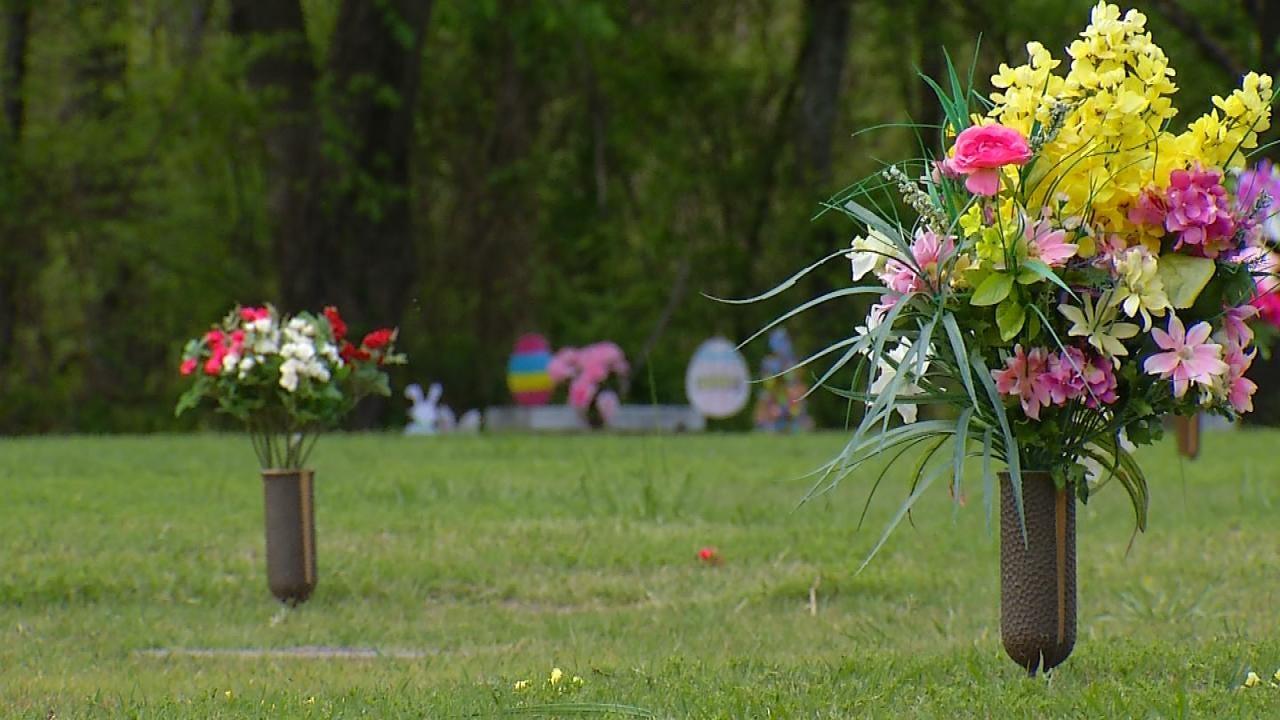 Broken Arrow Woman's Purse Stolen While Decorating Father's Grave