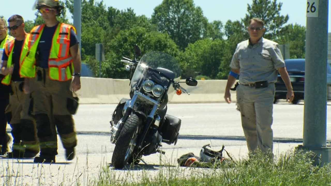 2 Injured After Motorcycle Lays Down To Avoid Crashing Into Van