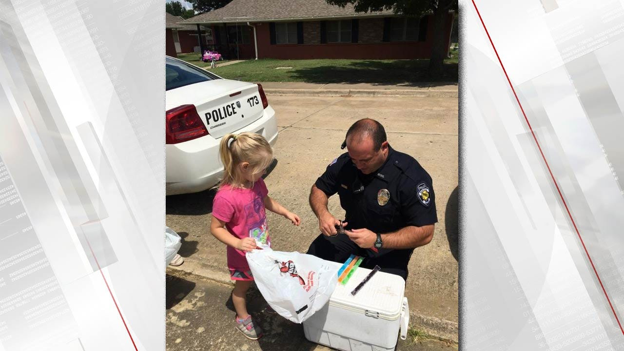 Muskogee PD Officers Hand Out Cool Treats While On Patrol