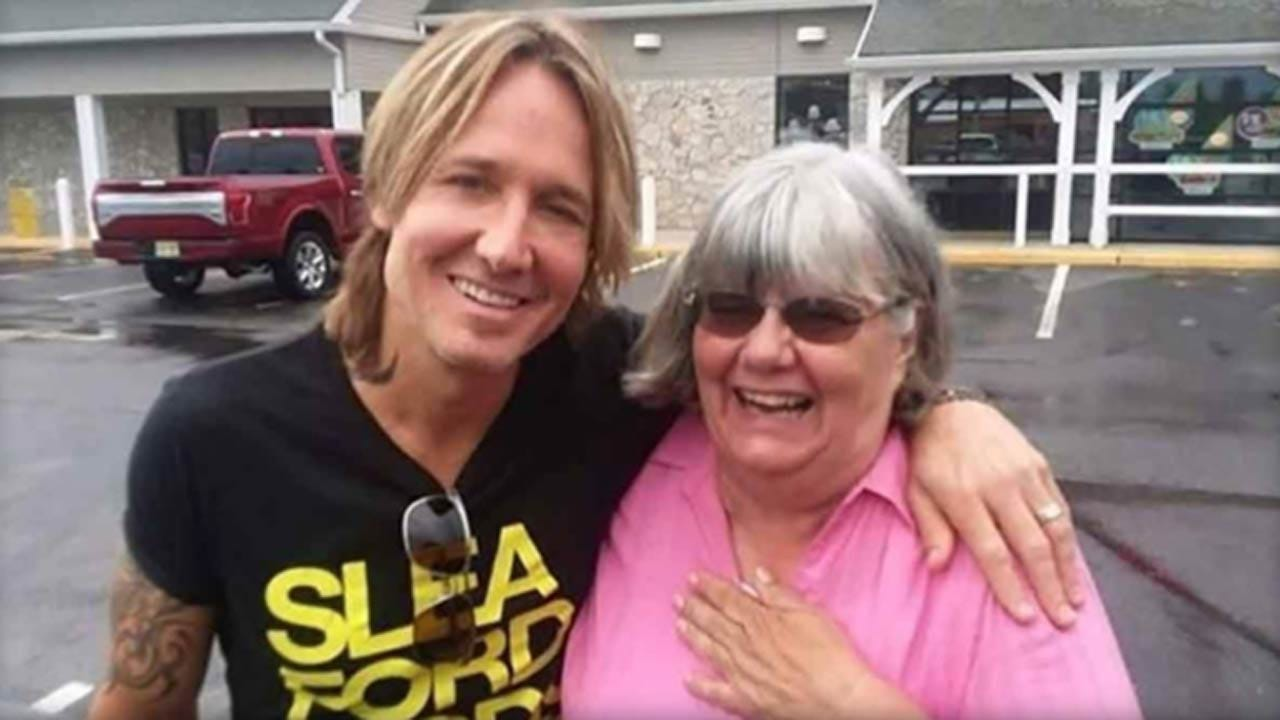 Woman Helps Cover Man's Bill - Finds Out He's Keith Urban