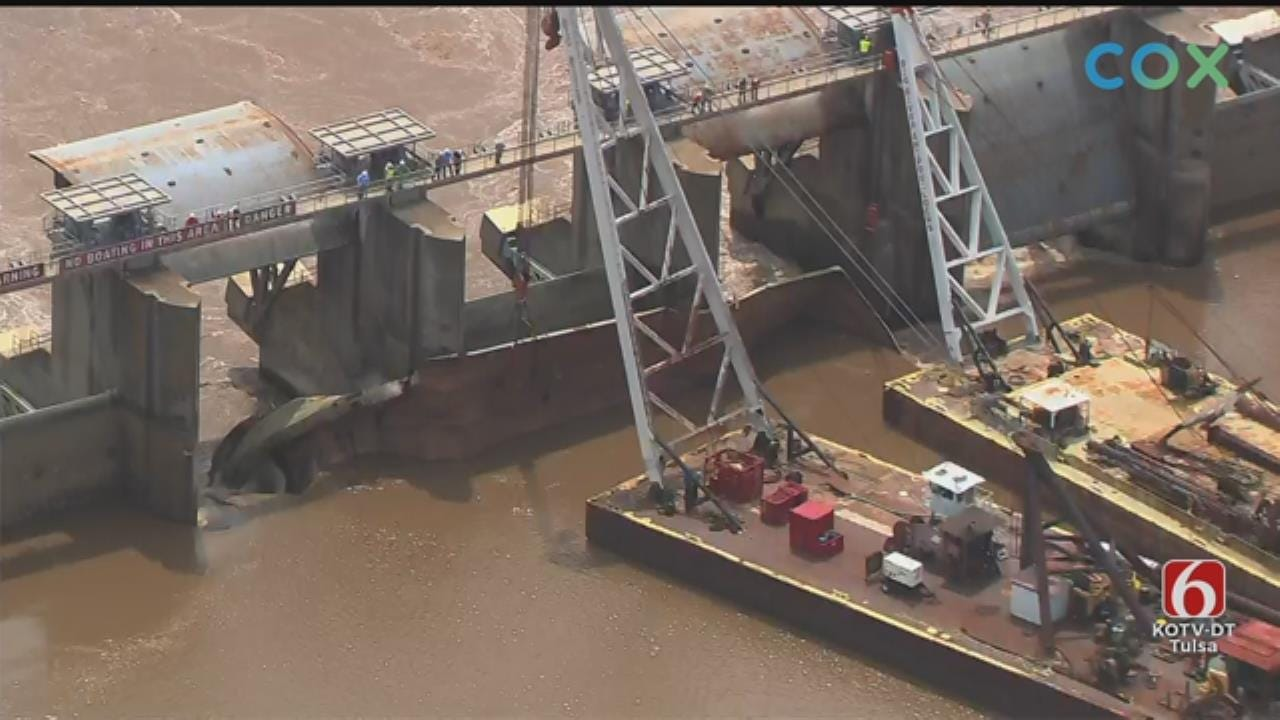 Crews Free 1 Of 2 Barges Stuck In Webbers Falls Dam