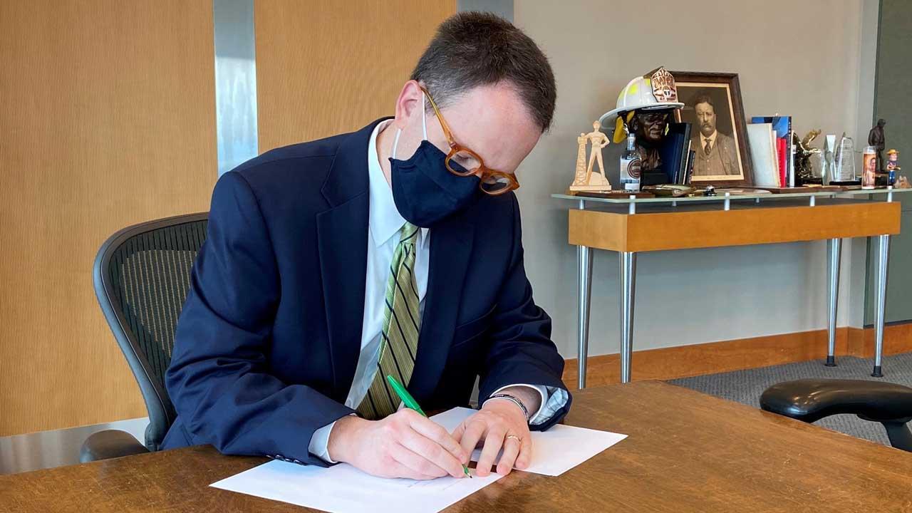 Tulsa Mayor G.T. Bynum Signs Mask Ordinance