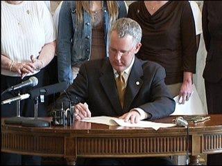 Legislators override Henry's veto on abortion bill