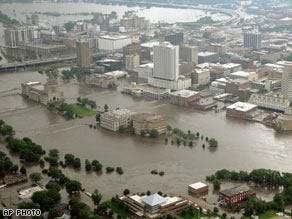 10,000 take shelter from Iowa floods