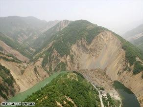 China races against time to drain 'quake lake'
