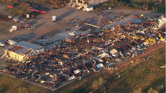 McEntire, Shelton Hold Concert For Tushka Tornado Victims