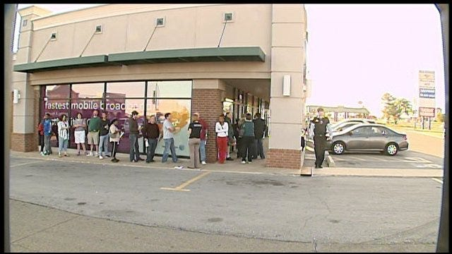 iPhone Enthusiasts Line Up In Oklahoma City