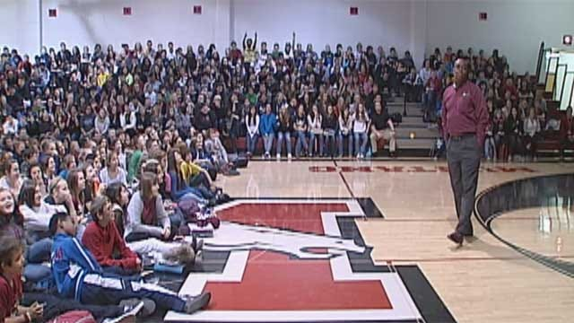 National Speaker Talks To Kids In Mustang About Bullying