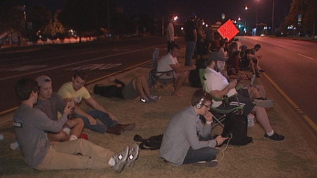 Apple Fans Camp Out on NW Expressway for IPhone 5