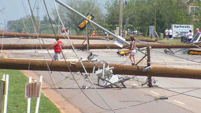 OGE Crews Work To Clear Pole Lines Along Penn In NW OKC
