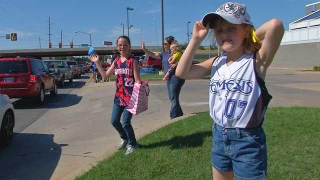 Young Softball Players Raise Money For Moore Tornado Victim