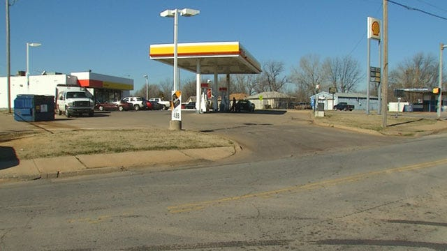 Family Confronted By Robber With Chainsaw At Metro Gas Station