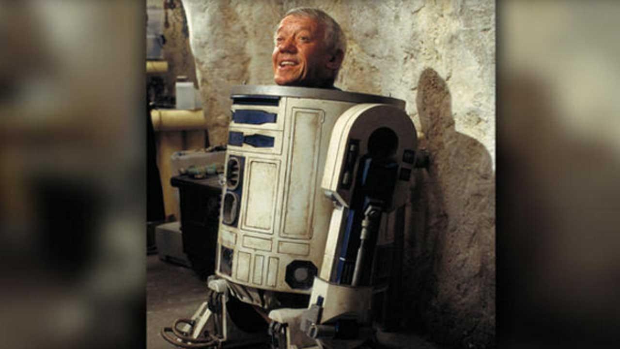 Kenny Baker, Actor Inside 'Star Wars' Droid R2-D2, Is Dead