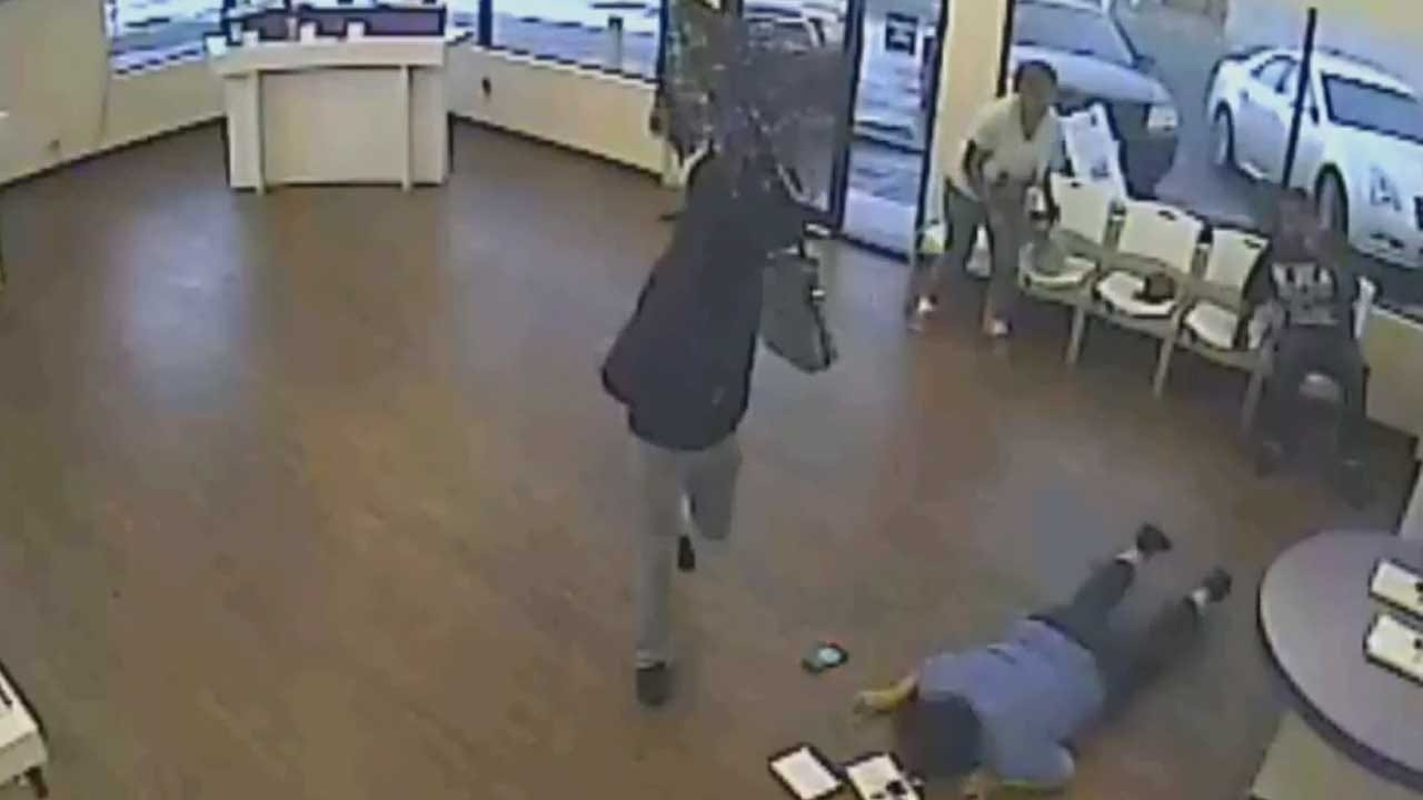 Metro Cell Phone Store Victimized By Umbrella, Purse-Toting Robber