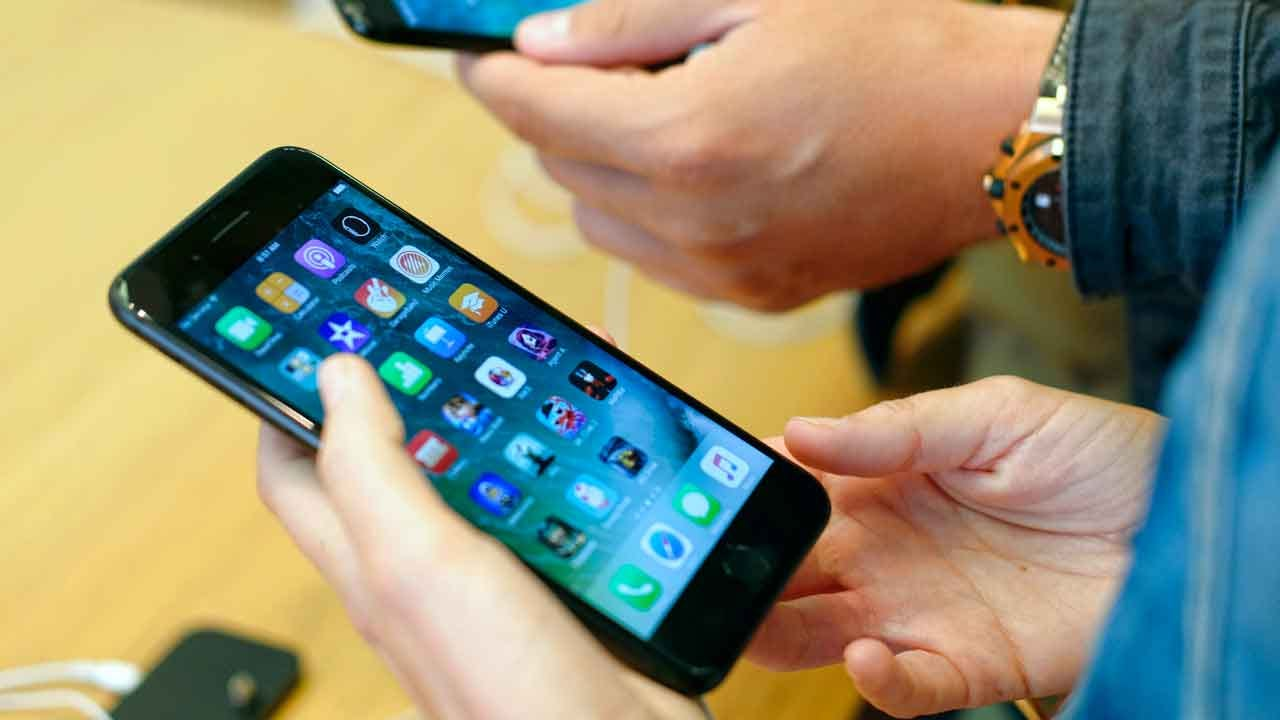 """""""Smartphone Thumb"""" is Plaguing More People, Doctors Say"""