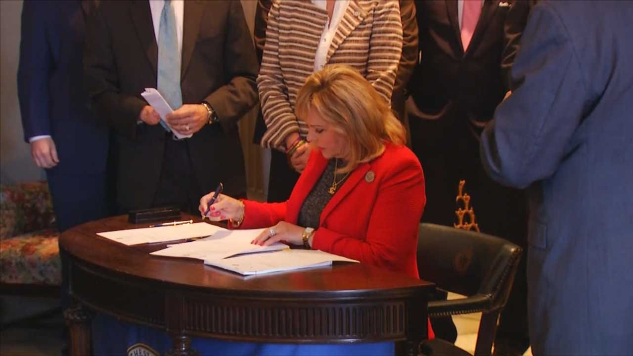 Governor Fallin Signs Historic Teacher Pay, State Employee Raise Deal