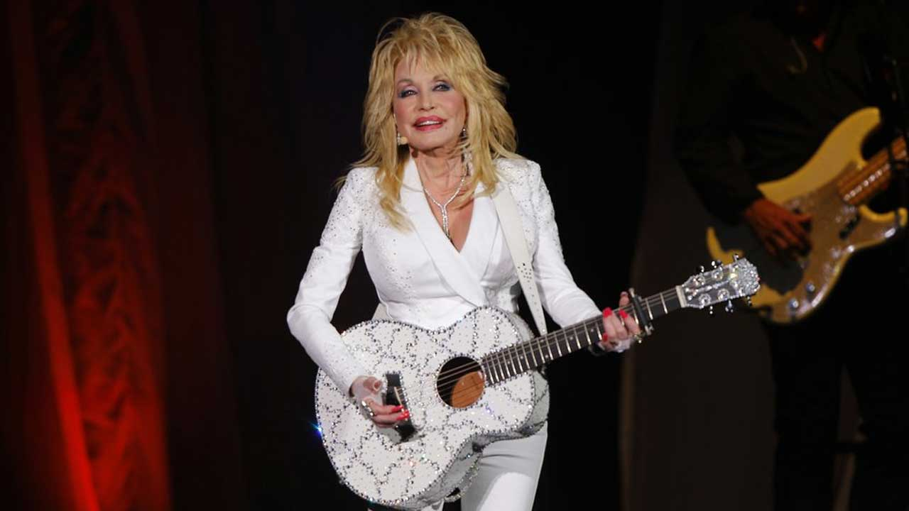 Dolly Parton Asks Tennessee Not To Put Her Statue At State Capitol