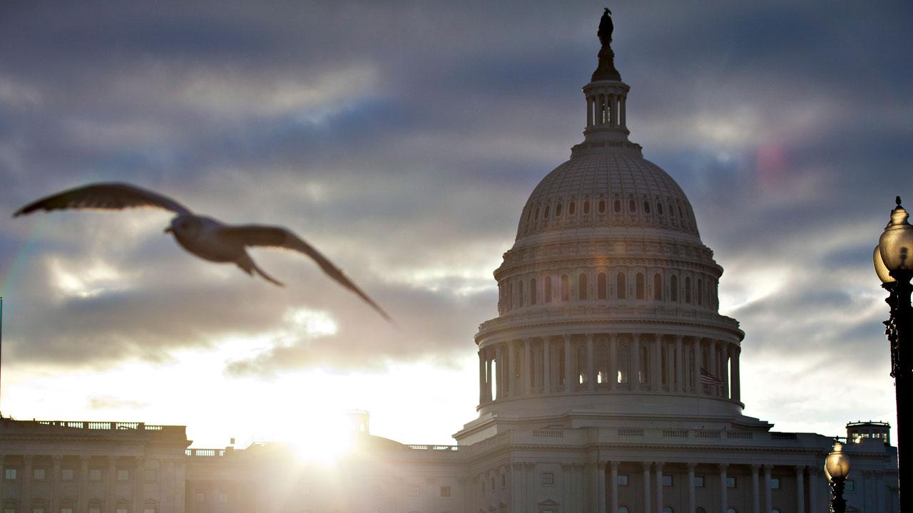 Group Of Bipartisan Senators Pushes For Permanent Daylight Savings Time